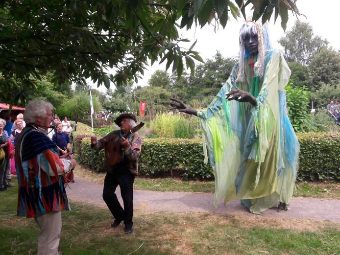 Jeanne Melief uit Deurne met haar muzikanten in de tuin.