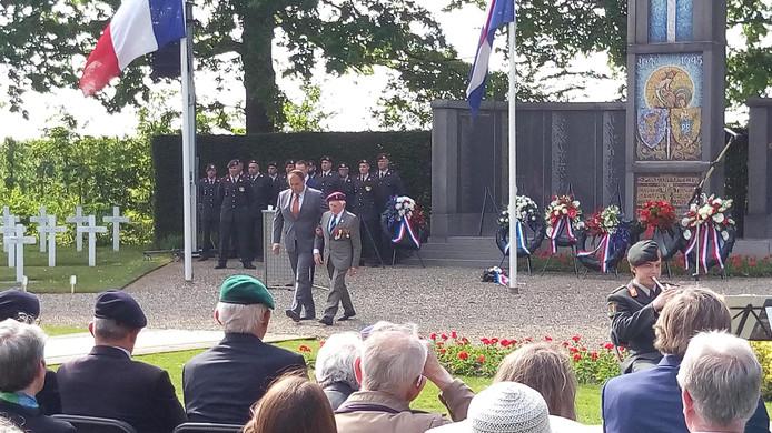 De 95-jarige Franse oorlogsveteraan Maurice le Noury heeft samen met Andries Looijen van oorlogsmuseum Vitality een krans gelegd bij de Franse herdenking in Kapelle.
