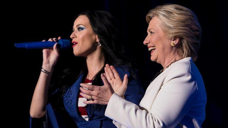 Clinton aan het einde van de campagne met zangeres Katy Perry. Beeld AFP