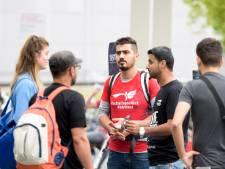Idris schenkt koffie in Eindhoven op Wereldvluchtelingendag