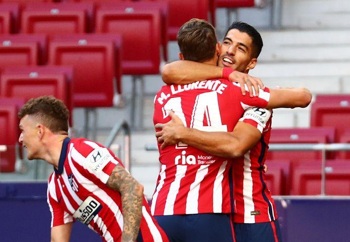 Suárez viert de 5-0 met aangever Llorente.
