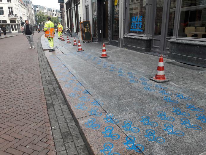 Verkeersregelaars op de Hooge Steenweg om het schilderen veilig te laten verlopen.