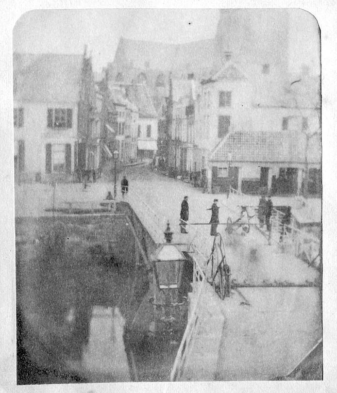De foto, genomen rond 1858. Het origineel is sterk verouderd; de afbeelding is bewerkt om hem helderder te maken. oudste foto van breda ongeveer 150 jaar oud 1858