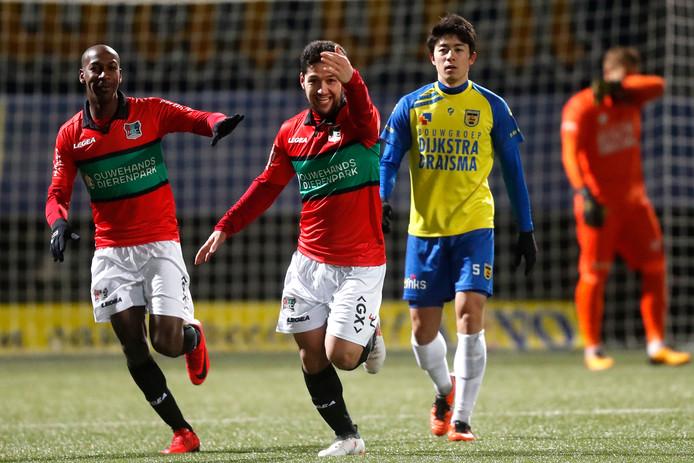 Spits Anass Achahbar viert zijn 1-0 tegen SC Cambuur met Steeven Langil (links).