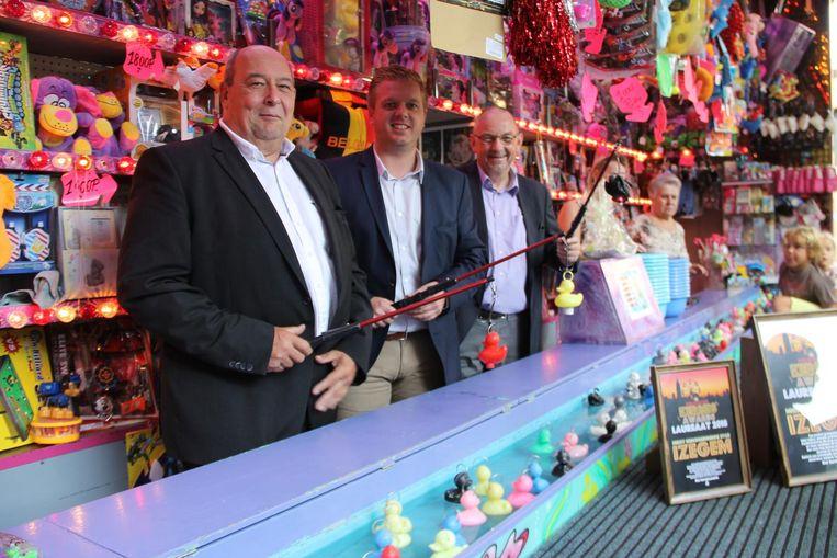 Schepen Marc Vanlerberghe en burgemeester Bert Maertens kregen een kermisaward van Michel Follet. Dat werd gevierd aan het eendjeskraam.
