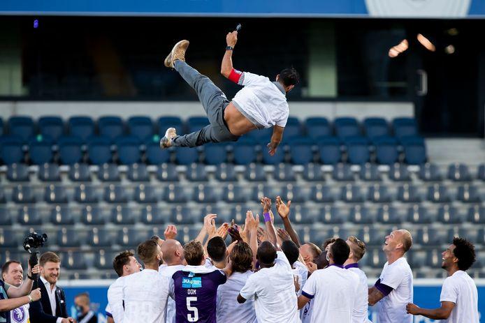 Beerschot-coach Hernan Losada gaat de lucht in.