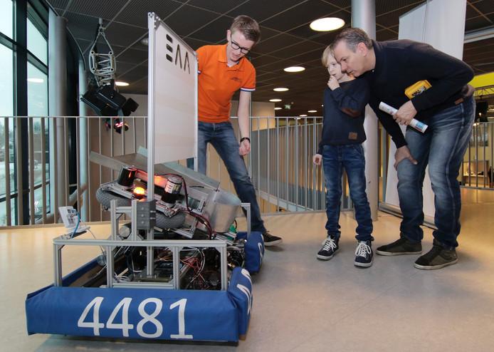 Met een voetbalrobot doen de Zwijsenleerlingen mee aan de competitie in de VS.