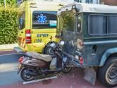Scooter klem in achterkant auto, bestuurster raakt gewond