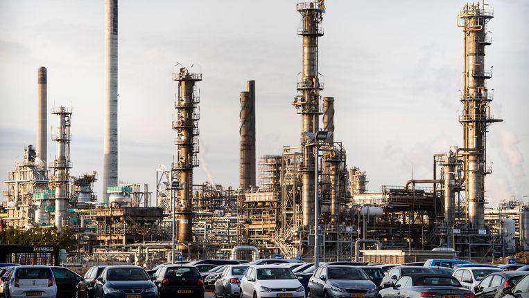 De raffinaderij van Shell Pernis in de Rotterdamse Haven, waar begin deze maand een lek werd geconstateerd. Beeld anp
