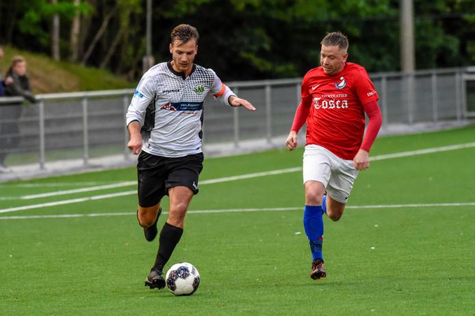 Joris van de Lande (SAB-spits, in het verleden nog actief voor Roosendaal) in duel met Roosendaal-middenvelder Lars Machielse