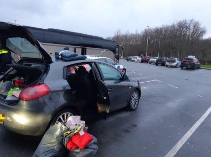 De politie deed nader onderzoek naar de spullen in de auto.
