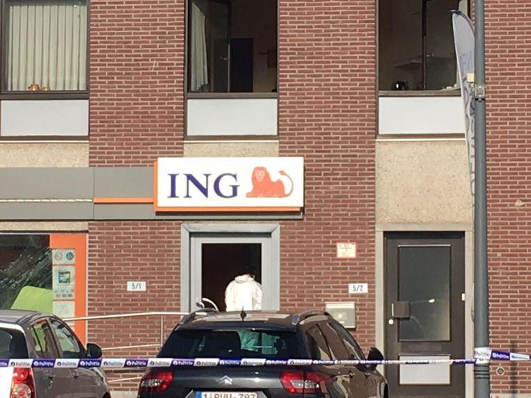 De daders wisten door de plofkraak met de inhoud van twee automaten aan de haal te gaan.  Even later scheurden ze weg in de richting van Molenbeersel.