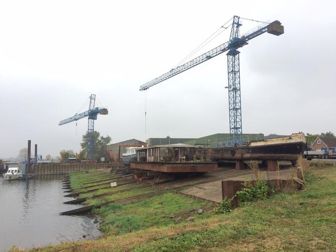 De scheepswerf in Heerewaarden zou illegaal schepen aan een ponton laten aanmeren.