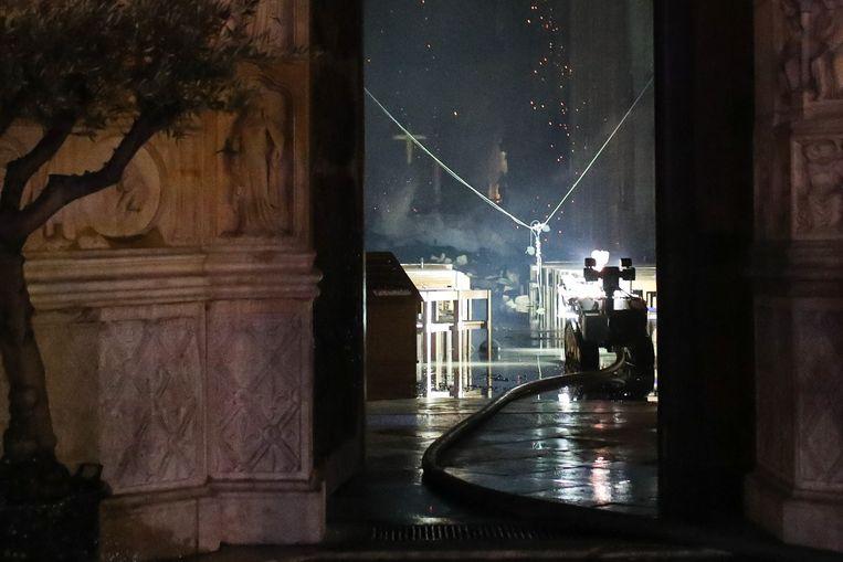 Colossus toonde zich gisteren een ongelooflijke hulp voor de brandweer van Parijs: hij kon tegelijkertijd informatie verschaffen over de binnenkant van de kathedraal, filmde de omgeving, bracht licht in de duisternis en, belangrijkste van alles, hielp de brand te blussen.