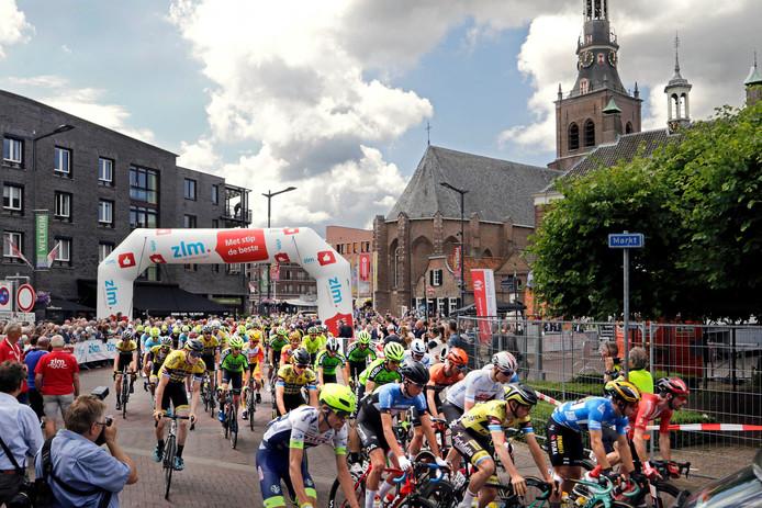 Het peloton van de ZLM Tour gaat onder grote publieke belangstelling op weg voor de rit richting Buchten.