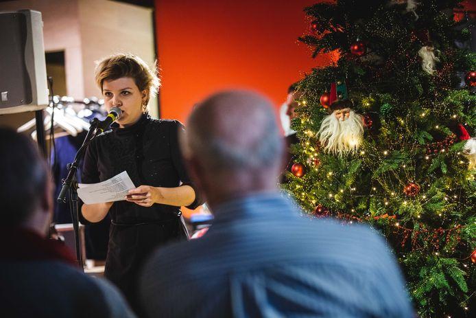 Operazangeres Helene Bracke leest een brief voor.