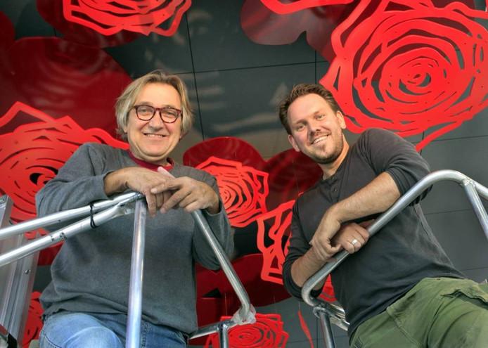 Léon Vermunt (links) en Ruben van de Ven in een hoogwerker vanwaaruit ze de elementen van het kunstwerk aan het plafond van de nieuwe stadsfoyer hebben gehangen. foto gerard van offeren/pix4pros
