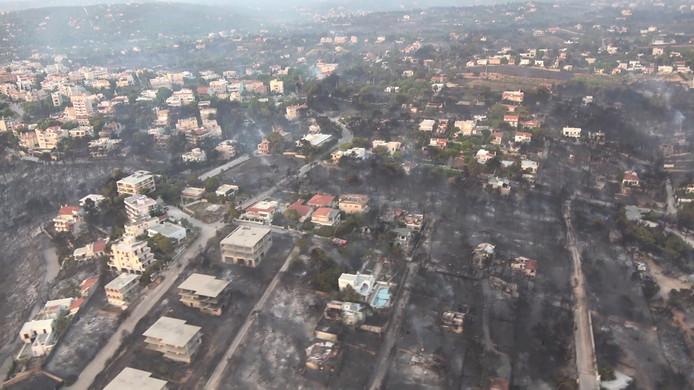 Deze foto is door het ministerie van Defensie naar buiten gebracht. Op de foto is zichtbaar hoe het dorp Mati door de brand getroffen is.