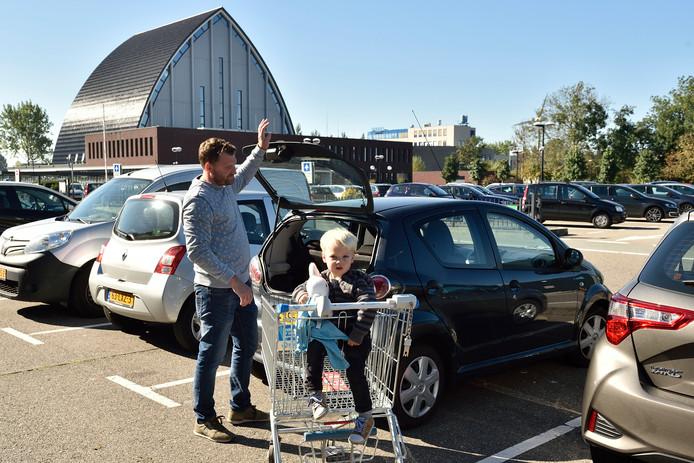 Als laatste supermarkt in Gouda gaat ook Hoogvliet zeven dagen per week open. Op de achtergrond het kerkgebouw van de Gereformeerde Gemeente.