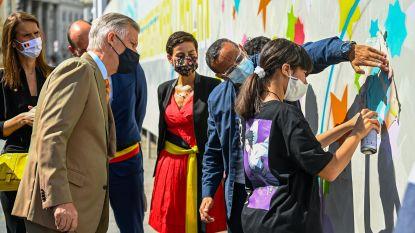 """Brusselaar Dema One maakt samen met jongeren een kunstwerk voor 21 juli: """"Koning kwam terughoudend over, maar vond het cool"""""""