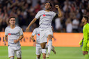 Carlos Vela viert zijn fraaie goal.