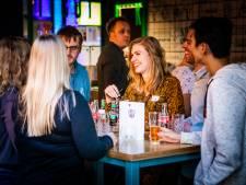 Eenzame jongeren gaan op zoek naar sociale contacten tijdens Blue Sunday-borrel: 'Blij dat ik de stap heb gezet'