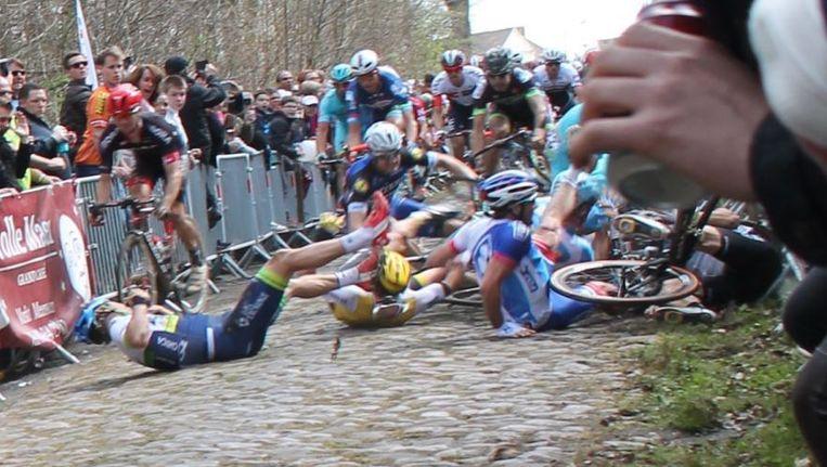 Francisco Ventosa valt tijdens Parijs-Roubaix. Beeld