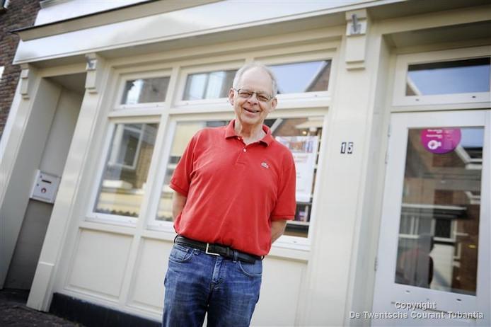René Kamphuis staat te popelen om de deuren te openen van De Glimlach, zijn café annex activiteitencentrum aan de Deurningerstraat.