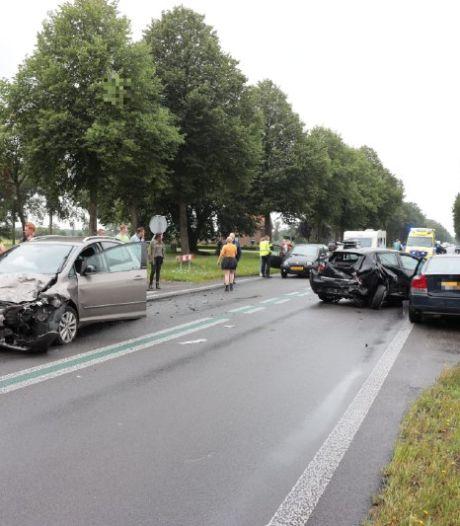 Drie auto's botsen in Nieuwleusen, drie gewonden