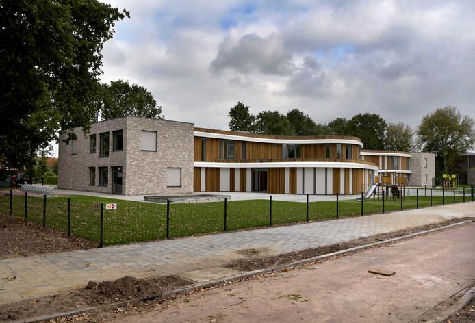 De nieuwe Brede school in Hoeven, die voorlopig even dicht blijft.