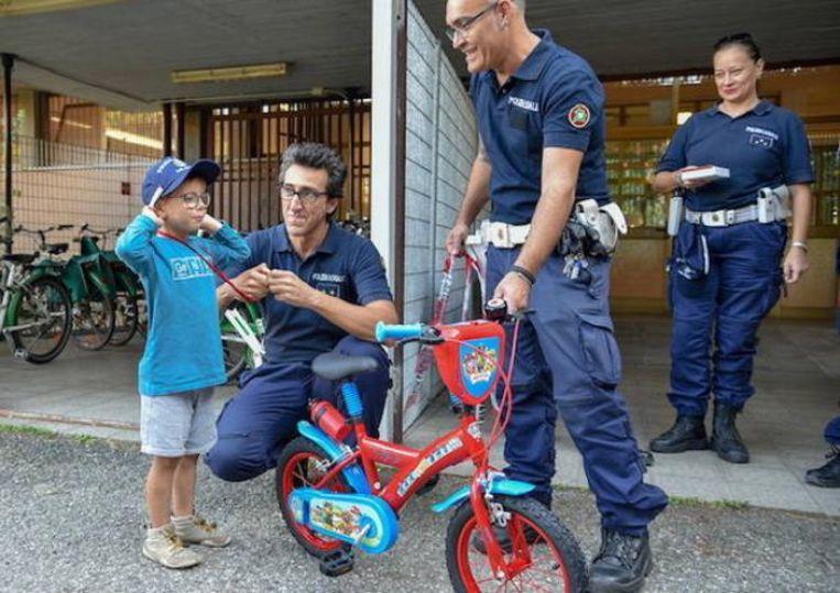 Agenten verrassen de jongen met een gloednieuwe fiets.