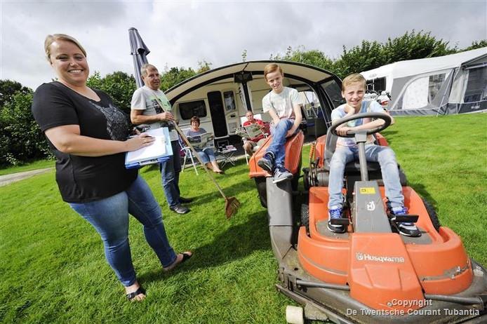 Caroline Schasfoort-Olde Heuvel krijgt bij het vele werk op mini-camping De Veldzijde alle hulp van haar vader en de beide zoons Joran en Juriën.