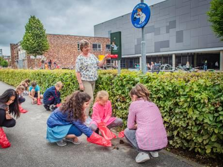 Leerlingen zijn viezigheid naast school beu en regelen zélf poepzakjes