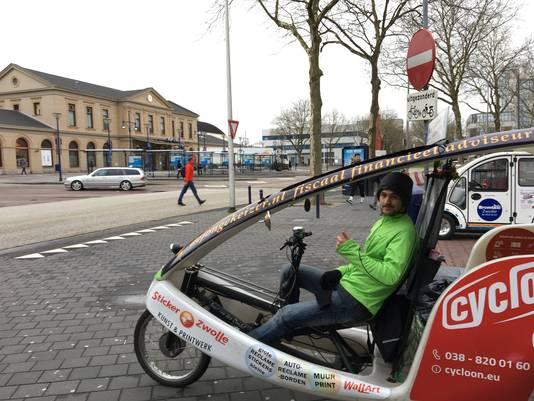 Joey Joya (25) hoopt dat gestrande reizigers bij hem in de fietstaxi stappen.