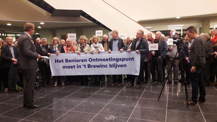 Het Senioren Ontmoetingspunt bood voor de begrotingsvergadering een petitie met 700 handtekeningen aan aan de Doetinchemse raad. Een van de bezuinigingsmaatregelen is mogelijk het verhuizen van de ouderen naar een goedkopere locatie.