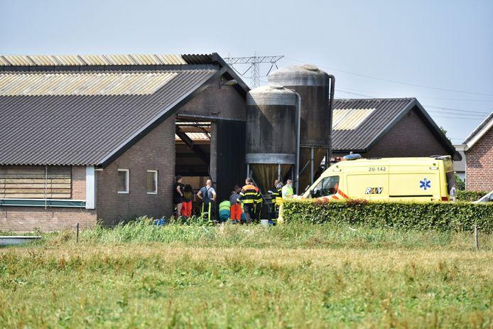 Man krijgt bijtende vloeistof over zich heen bij boerderij Moergestel.
