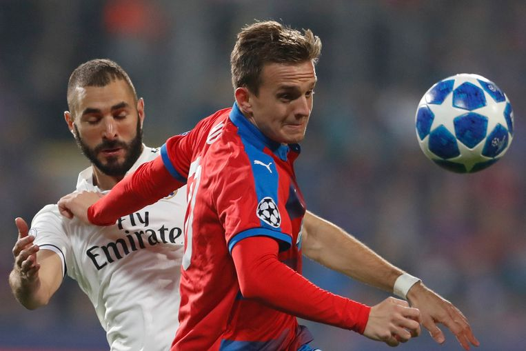 Patrik Hrosovsky hier vorig jaar in duel met Karim Benzema in de Champions League.