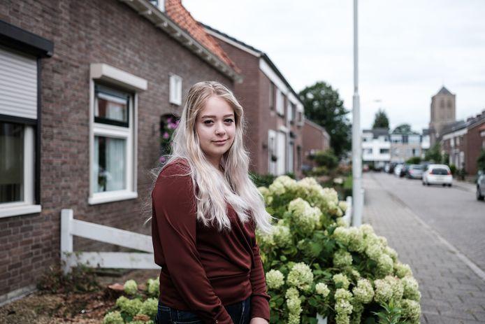 Annica van Eekeren voor het ouderlijk huis aan de Prins Bernhardstraat.