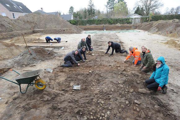 Archeologen van Onroerend Erfgoed, studenten van de UGent en KU Leuven en De Semse werken mee.