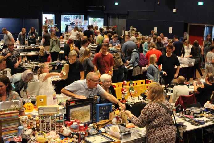 Veel belangstelling zaterdagavond voor de Disney Pin ruilbeurs in Prinsenbeek.