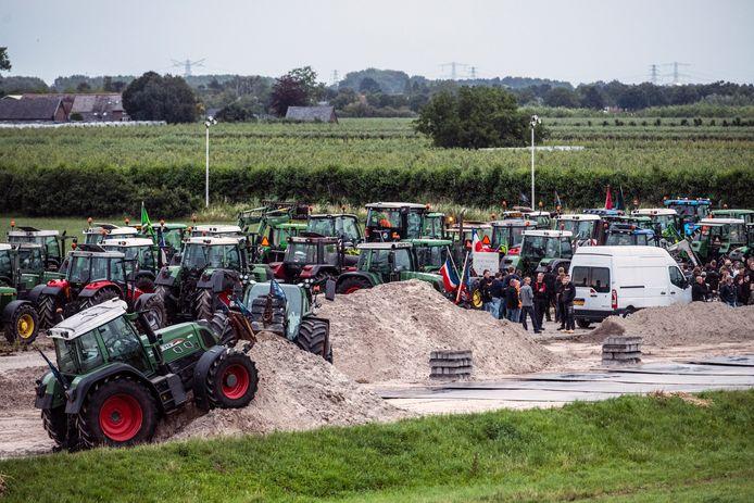De boeren zijn bij Nijmegen naar een bouwterrein geleid voor een ontmoeting met milieustrijder Johan Vollenbroek.