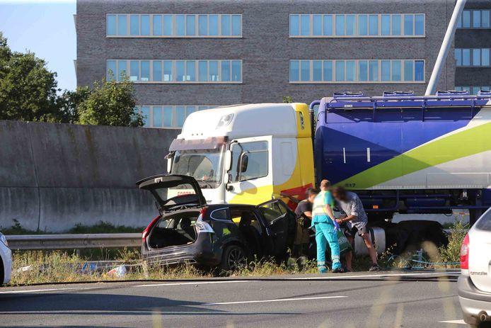 Op de A59 bij knooppunt Hintham is donderdagavond een vrachtwagen geschaard.