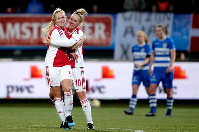 Ajax viert de 2-1 en weet dan wel zeker dat het PEC Zwolle heeft verslagen.