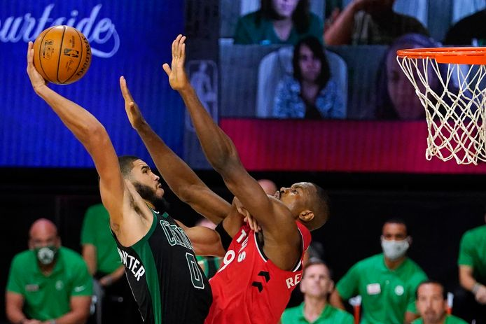 Boston Celtics' Jayson Tatum (0) probeert over Serge Ibaka van Toronto Raptors te schieten.