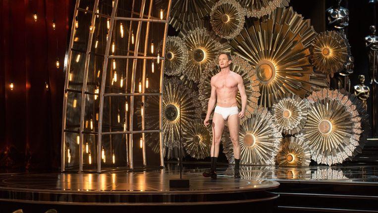 Presentator Neil Patrick Harris tijdens de Oscars, in zijn onderbroek als verwijzing naar een scène uit Birdman. Beeld anp