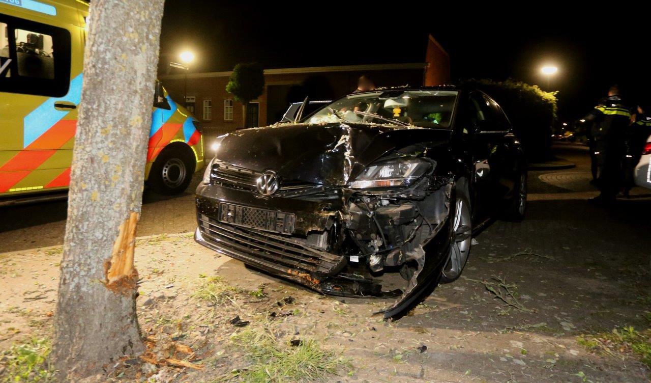 Auto tegen boom in Esch