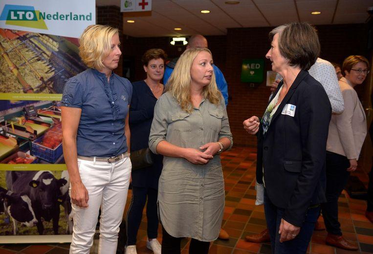 Hennie de Haan (midden), voorzitter NPV, tijdens een informatiebijeenkomst voor pluimveehouders. Beeld anp