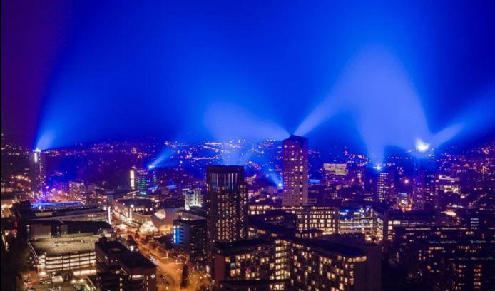 Een foto die dinsdagavond werd gemaakt van de blauwe lucht in Eindhoven.