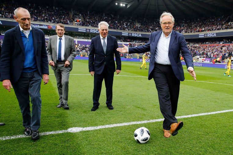 Anderlecht-legendes Arie Haan, Johnny Dusbaba, Robbie Rensenbrink (links), Jean Thissen en Gilles Van Binst mochten de aftrap geven in de play-off-wedstrijd tegen Club Brugge enkele jaren geleden.