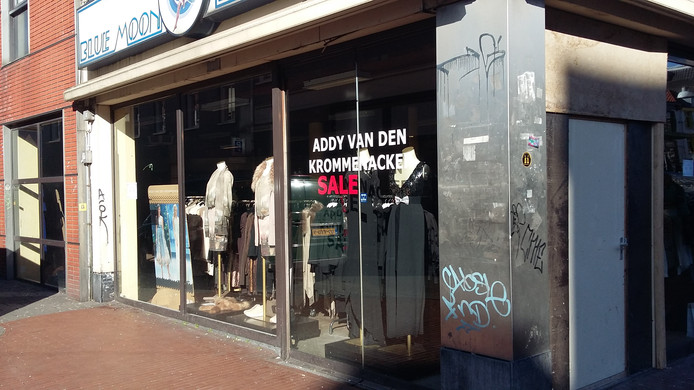 De pop-up winkel van modeontwerper Addy van den Krommenacker in de Molenstraat in Nijmegen. Een bestelbusje ramde afgelopen maandag de etalageruit, daar zijn nu planken voor gespijkerd.